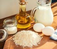 Ordeñe cocer de las crepes de los ingredientes del postre del azúcar del aceite de la harina del huevo Foto de archivo