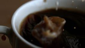 Ordeñe el descenso que baja en la taza de café almacen de video