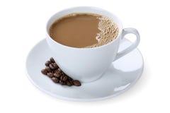 Ordeñe el latte del leche de la estafa del café del café en la taza aislada Fotos de archivo libres de regalías