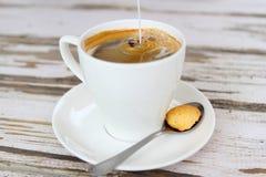 Ordeñe la colada en el café fresco Fotografía de archivo