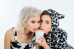 Orde?e su dieta Mujeres adorables que tienen una dieta sana Muchachas bonitas en la leche de consumo de la dieta de la lecher?a j foto de archivo libre de regalías