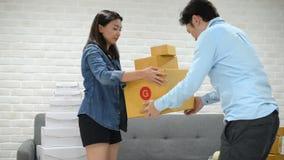 Ordem asiática da verificação da mulher do cliente e da caixa da entrega ao cliente vídeos de arquivo