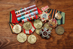 Ordem da guerra patriótica no St e nas medalhas para a vitória sobre Alemanha em um de madeira Fotos de Stock Royalty Free