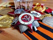 Orden 'da grande guerra patriótica 'na perspectiva das medalhas do combate na fita de St George Parte dianteira cem gramas imagem de stock