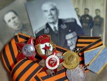 Orden 'de Red Star ', sinal 'de protetores ', orden 'a grande guerra patriótica 'e e as medalhas na fita de St George Fotos diant foto de stock royalty free