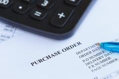 Orden de compra con la pluma y la calculadora en el  del office†Imagen de archivo