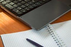 Orden de la tecnología de la tabla de la armonía de la pluma del cuaderno del mobiliario de oficinas imágenes de archivo libres de regalías