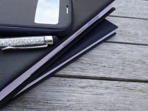 Orden del día, aguja y smartphone del primer Imágenes de archivo libres de regalías