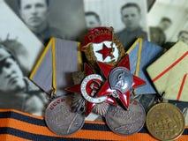 Orden do ` vermelho da estrela do `, sinal do ` guarda o ` e orden ` patriótico da guerra do ` o grande na fita do ` s de St Geor foto de stock royalty free