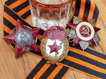 Orden do ` vermelho da estrela do `, sinal do ` guarda o ` e o Orden ` patriótico da guerra do ` do grande na fita do ` s de St G imagens de stock royalty free