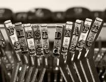 Orden FORMULERAR FÖRST med gamla typwritertangenter monokromt I royaltyfria foton
