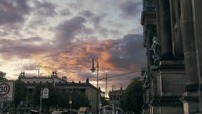 Orden inusual con una variedad de colores y nubes en la caída cerca de la catedral en Berlín, Alemania Cámara lenta un cuervo almacen de video