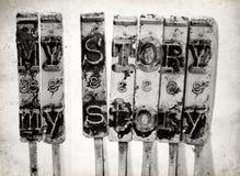 Orden MIN BERÄTTELSE med gamla skrivmaskinshammare fotografering för bildbyråer