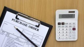 Orden y calculadora de compra en la tabla de madera Fotos de archivo libres de regalías