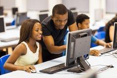Ordenador africano de los estudiantes fotos de archivo libres de regalías