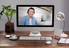 Ordenador con la pantalla de llamada video de la charla imagen de archivo libre de regalías