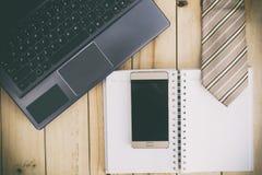 Ordenador, cuaderno, corbata y Smartphone en la tabla Fotos de archivo