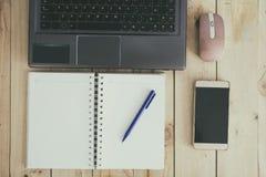 Ordenador, cuaderno y Smartphone en la tabla Fotografía de archivo