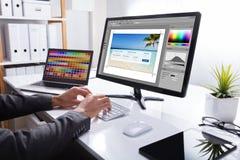 Ordenador de Editing Photo On del diseñador fotografía de archivo
