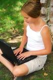 Ordenador de la muchacha Imagenes de archivo