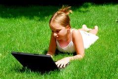 Ordenador de la muchacha Foto de archivo libre de regalías