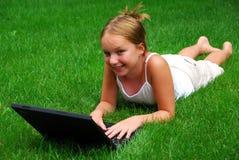 Ordenador de la muchacha Imagen de archivo libre de regalías