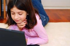 Ordenador de la muchacha Imágenes de archivo libres de regalías