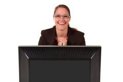 Ordenador de la mujer del puesto de informaciones Fotografía de archivo libre de regalías