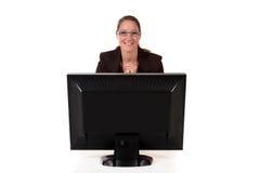Ordenador de la mujer del puesto de informaciones Foto de archivo