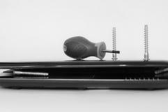 Ordenador de la reparación del destornillador y del tornillo Fotografía de archivo