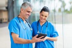 Ordenador de la tableta de los trabajadores de la atención sanitaria Foto de archivo