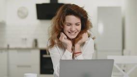 Ordenador de trabajo de la mujer de negocios en casa Señora joven feliz que se sienta con el ordenador portátil almacen de metraje de vídeo