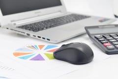 Ordenador del ratón y gráficos financieros Foto de archivo libre de regalías