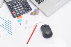 Ordenador del ratón y gráficos financieros Imágenes de archivo libres de regalías
