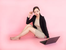 Ordenador del uso de la mujer de negocios imagen de archivo libre de regalías