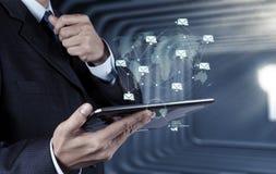 Ordenador elegante del teléfono del uso de la mano del hombre de negocios con el icono del correo electrónico como estafa fotografía de archivo