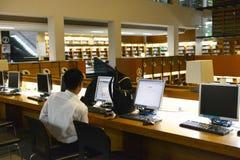 Ordenador en biblioteca de universidad de Shantou, la biblioteca del uso del estudiante universitario de universidad más hermosa  Imagen de archivo
