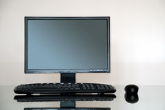 Ordenador en el escritorio imágenes de archivo libres de regalías