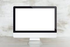 Ordenador en el escritorio del trabajo que muestra la pantalla en blanco Imagenes de archivo