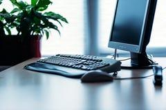 Ordenador en el escritorio en oficina Fotos de archivo libres de regalías