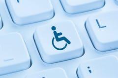 Ordenador en línea del sitio web de Internet de la accesibilidad del web para los wi de la gente foto de archivo