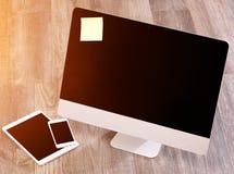 Ordenador en la alta definición con el ordenador portátil, la tableta y el móvil Foto de archivo