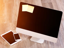 Ordenador en la alta definición con el ordenador portátil, la tableta y el móvil Imagen de archivo
