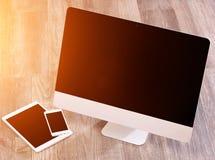 Ordenador en la alta definición con el ordenador portátil, la tableta y el móvil Imagenes de archivo