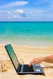 Ordenador en la playa Fotos de archivo libres de regalías