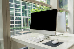 Ordenador en la tabla en la oficina, espacio de trabajo imagen de archivo