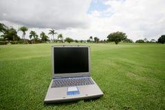 Ordenador en un campo de golf Foto de archivo