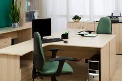 Ordenador en un escritorio Imagen de archivo libre de regalías