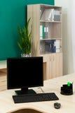 Ordenador en un escritorio Imagen de archivo