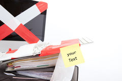 Ordenador envuelto en la cinta de la barrera, espacio para propio texto Fotografía de archivo